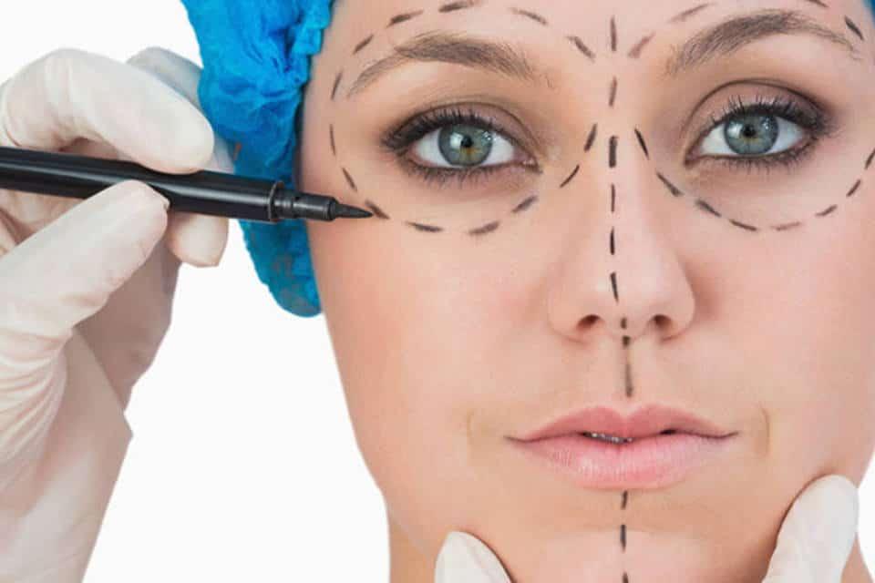 ¿Cuál es la relación entre los tratamientos estéticos y la cirugía plástica postoperatoria?