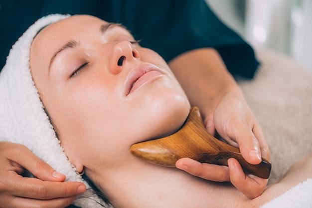 Massagens para reduzir o inchaço no corpo: conheça as principais