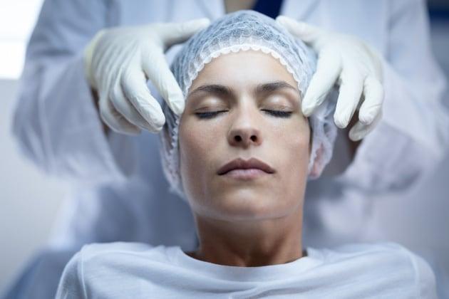 Diminuir as olheiras - mulher em procedimento estético