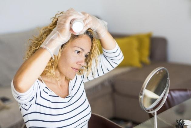 mulher fazendo hidratacao de cabelo